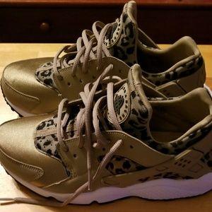 big sale 82638 d8b4b Nike Shoes - Women s Nike Air Huarache Run SE Leopard Print